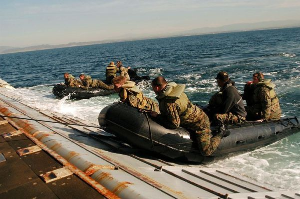 800px-US_Navy_051207-N-9698C-032_U.S._Marines_assigned_to_Camp_Pendleton,_practice_rapid_deploy_and_egress_maneuvers_from_a_Combat_Rubber_Inflatable_Craft,_(CRIC),_off_the_coast_of_Southern_California